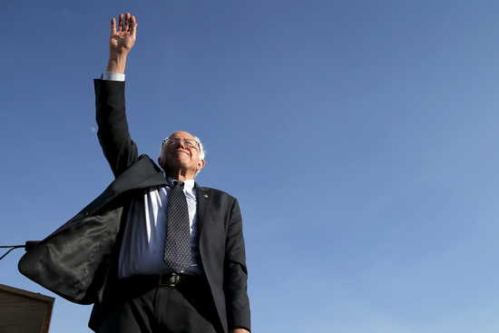 Democratic presidential candidate and U.S. Senator Bernie Sanders waves to the crowd of supporters after speaking at a campaign kickoff rally in Burlington, Vermont May 26, 2015.    REUTERS/Brian Snyder - RTX1ENWM